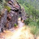 Canal romano sobre roca en la Cabera